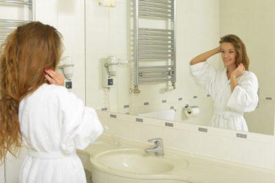 洗面所で女性が立っている様子