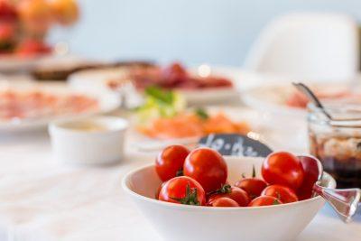 白い皿にトマトがのっている画像