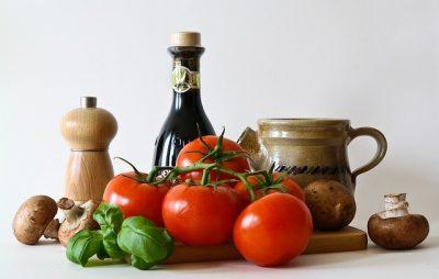 トマトと調味料が並んでいる画像