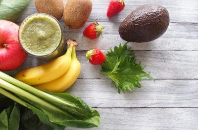 フルーツと緑の野菜のスムージー