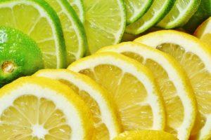 スライスされたレモンとライム