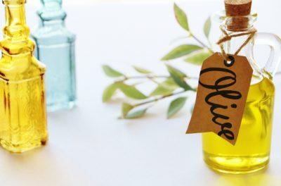 oliveというラベルが付いた瓶に入ったオリーブオイル