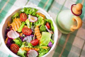 食卓に盛り付けられたサラダの画像