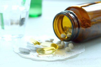 瓶から出てくるサプリメントや薬