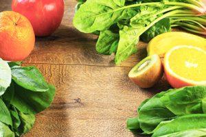 たくさんの野菜と果物が並んでいる画像