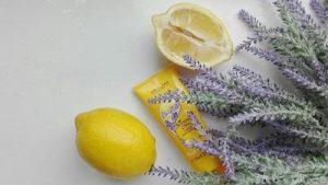 ハンドクリームとラベンダーとレモン