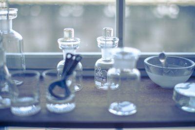 実験に使用する小瓶が並んでいる画像