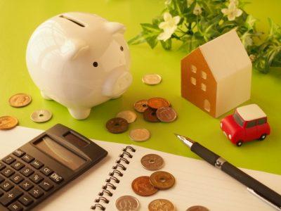 家計簿と貯金箱とばら撒かれた小銭