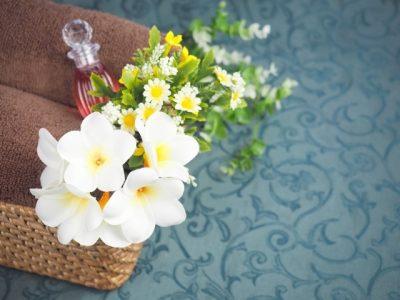 花と化粧品ボトルの画像