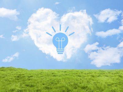 空に電球型にくりぬかれた雲が浮かんでいる