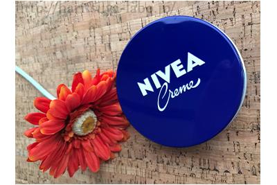 ニベアの青缶とオレンジ色の花