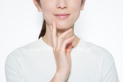 顎に手をあてる女性