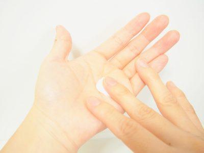 手のひらにクリームを伸ばす画像