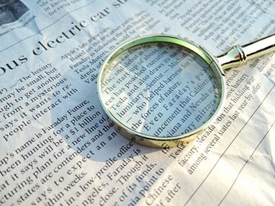 新聞を虫眼鏡でズーム