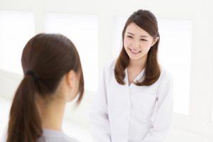 患者の相談を笑顔できく女医