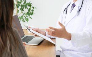 診察をする医師と女性