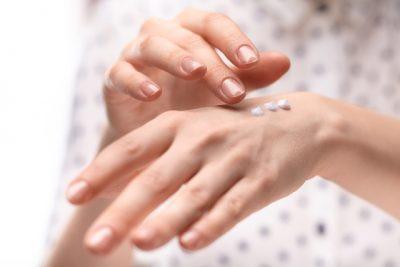 ハンドクリームを塗っている手の画像