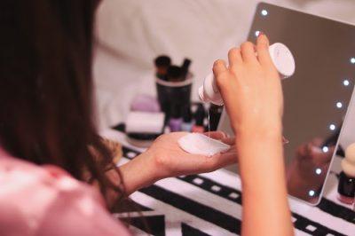 化粧水をコットンにとる女性