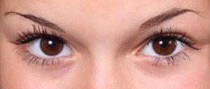 アイメイクをした女性の目