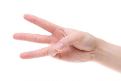 3本指を立てた手のひら