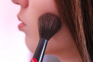 化粧をする女性の横顔