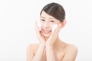 洗顔している女性の写真
