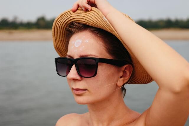 帽子とサングラスをつけた女性