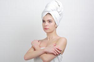 腕を組んでいる入浴後の外国人女性