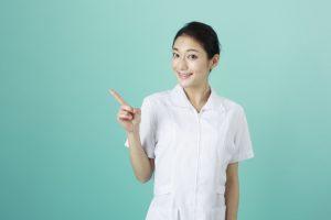 看護士が指をたててポイントを説明している