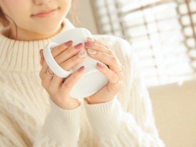 マグカップをもつ女性の手