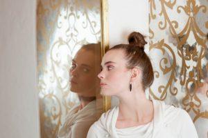 鏡と女性の横顔の写真
