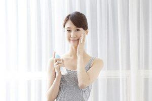 女性が化粧水を塗る