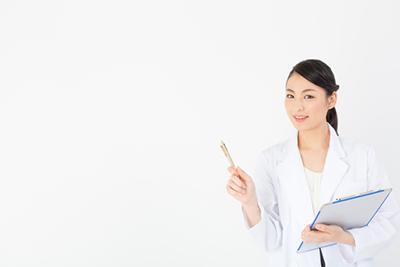 白衣を着た女性が刺し棒を持っている画像