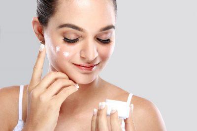 目元にクリームを塗っている女性