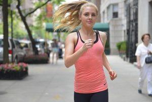 街中をジョギングする外国人女性