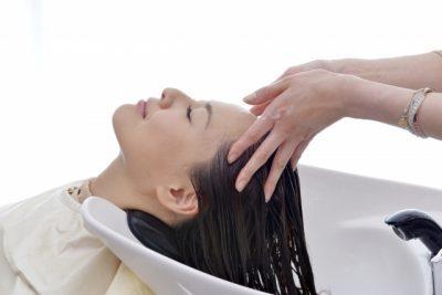 美容院でシャンプーしている女性