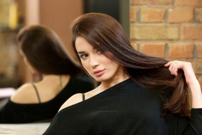 髪の毛をいじる女性