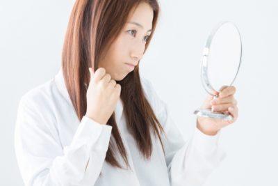 髪が気になり鏡から目が話せない女性