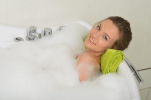 泡風呂に浸かる外国人女性