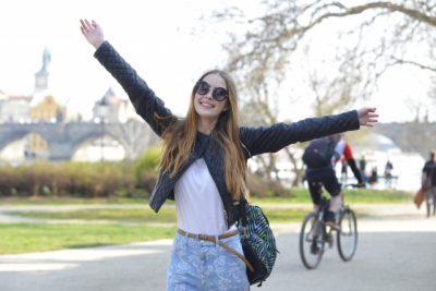 旅行先で手を広げて気持ちよく散歩する外国人女性