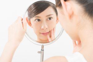 鏡をみつめる女性