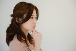 考える女性の横顔