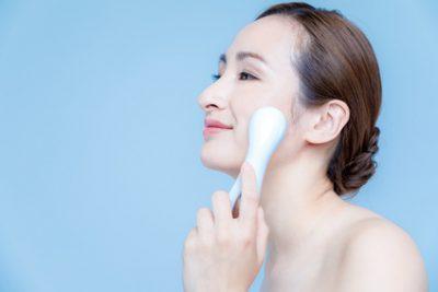 美顔器を頬に当てる女性