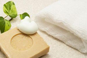 石鹸とタオルがひとつずレイアウトされている画像
