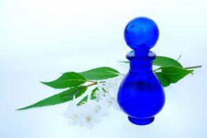 青い香水瓶と花