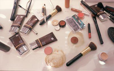 机の上にバラまかれた化粧品や化粧道具
