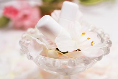 化粧水とお花のイメージ画像