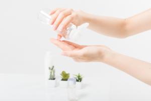 保湿剤や化粧水を手にとるイメージ写真
