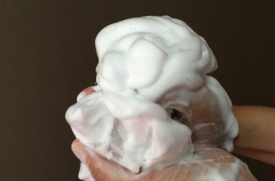 洗顔を泡立てている手と泡