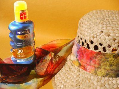 麦わら帽子と日焼け止めの写真